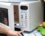 Dùng lò vi sóng chế biến khoai tây nướng